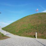 Kopiec Wolności (1) Widok ogólny kopca z flagą na szczycie