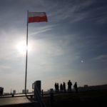 Kopiec Wolności (3) Ludzie na szczycie kopca maszt z flagą