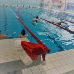 Pływackie Mikołajki (4) Czapka mikołaja na słupku startowym