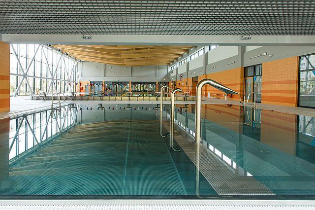 Pływalnia Kryta Rataje - Hala basenowa na pierwszym planie mały basen z urządzeniami do hydromasażu (fot. Adam Ciereszko)