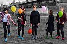 Zespół The Skarpets muzycy z kolorowymi balonami na tle mostu św. Rocha