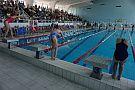 Gwiazdkowe zawody pływackie (2) Dzieci płyną kraulem